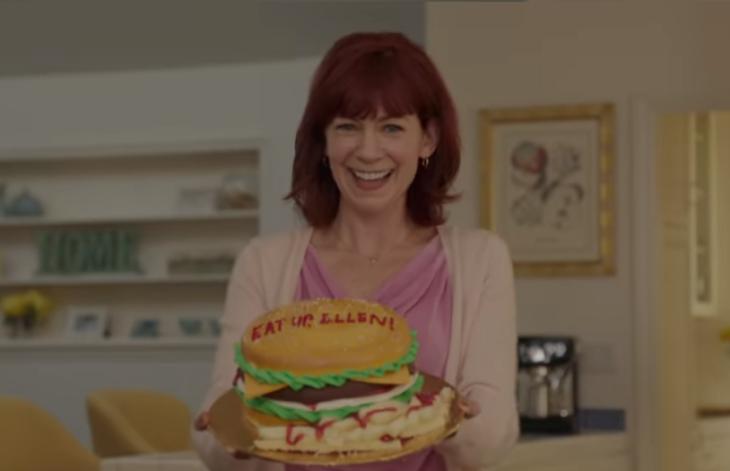 mujer pelirroja con pastel de hamburguesa
