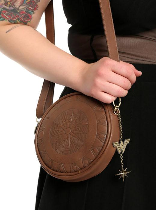 mano de mujer con bolso de mujer maravilla