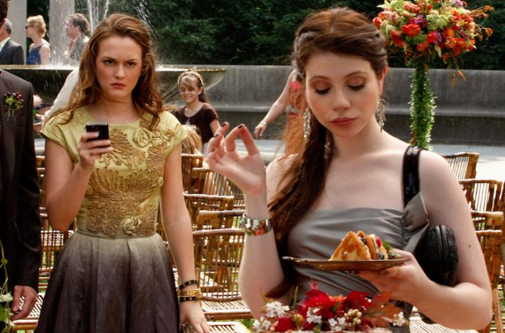 mujer frente a mujer con celular y comida
