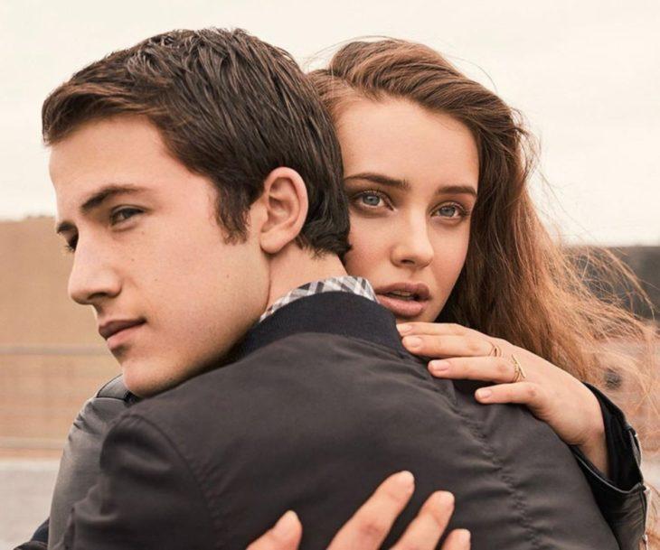 hombre abrazando a chica