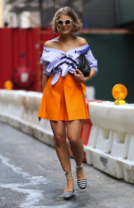 mujer rubia con falda naranja