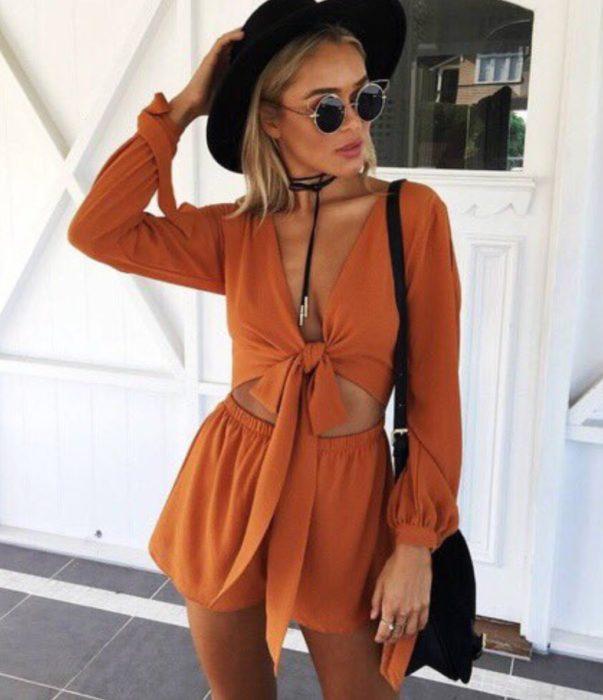 mujer con jumper naranja