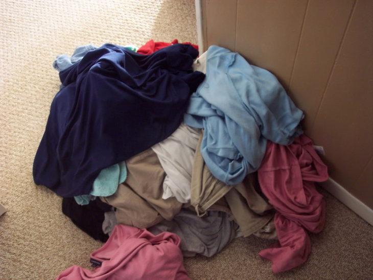 monton de ropa en el suelo