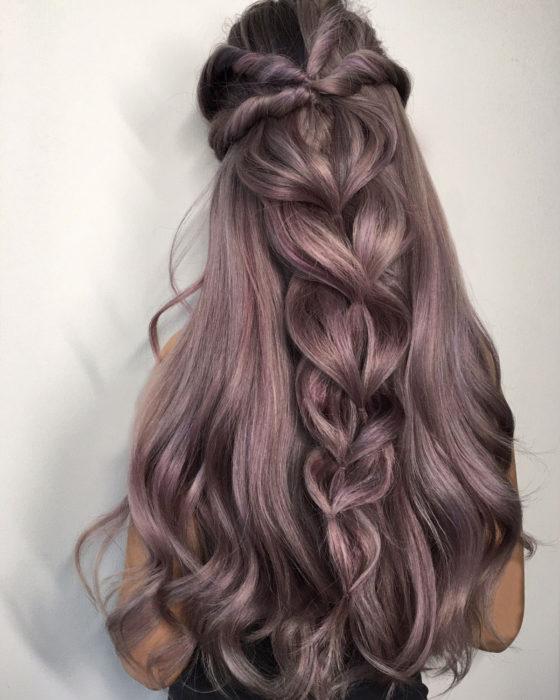 mujer cabello largo y trenza