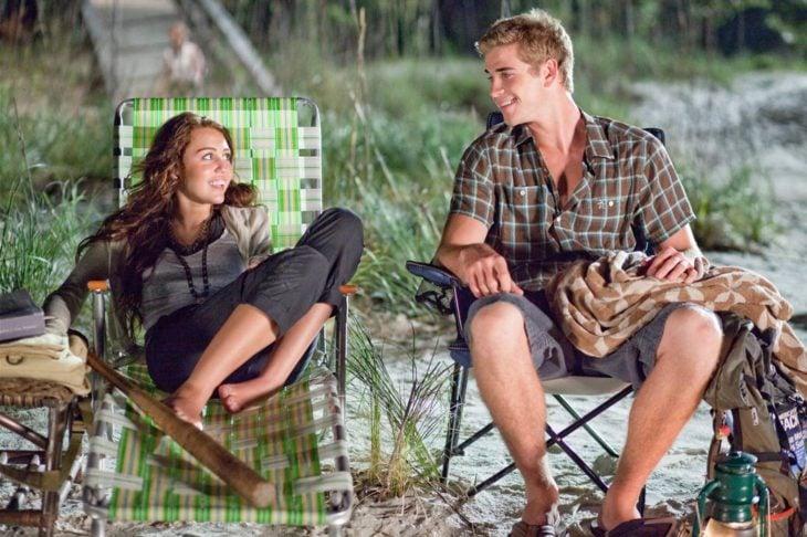 Miley cyrus y su novio en una fogata