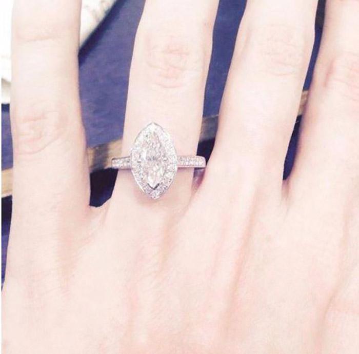 mujer con anillo de compromiso