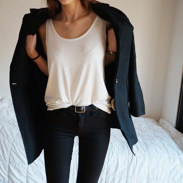 mujer con camisa blanca y pantalon negro