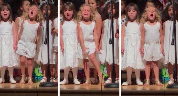 niña rubia cantando
