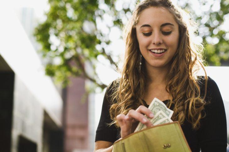 mujer rubia con dinero