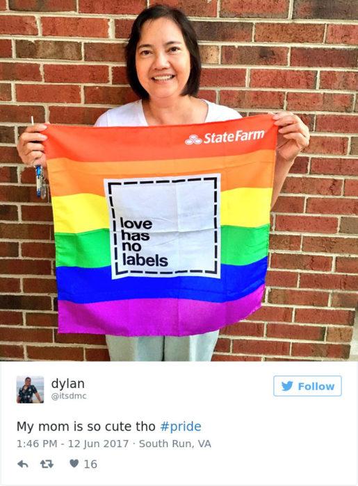 mujer con bandera orgullo gay
