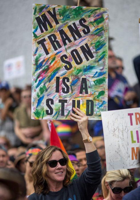 mujer con cartel orgullo gay