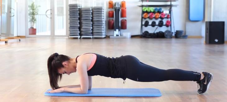 mujer haciendo plancha