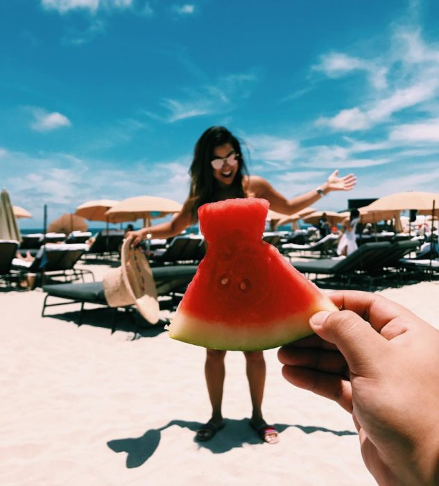 Chica usando la tendencia de vestido de sandía