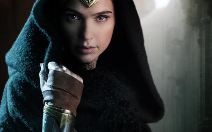 mujer maravilla con capucha y tiara