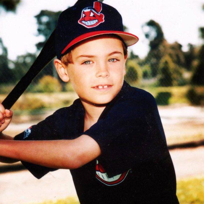 niño rubio jugando baseball