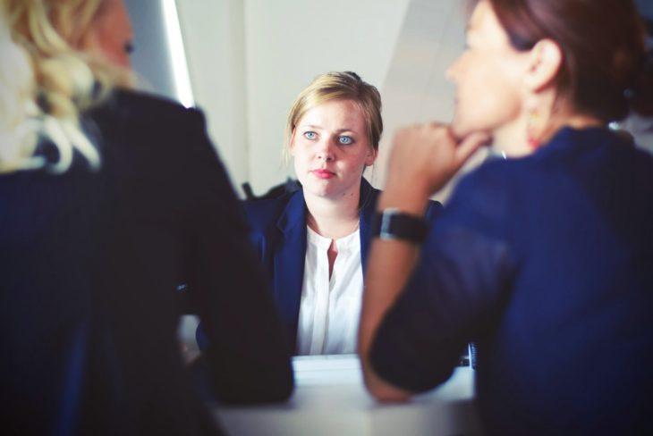 chica en entrevista de trabajo 1