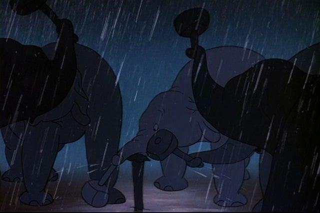 todos elefantes trabajando bajo lluvia