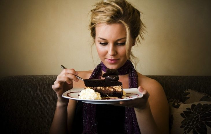 chica comiendo pastel