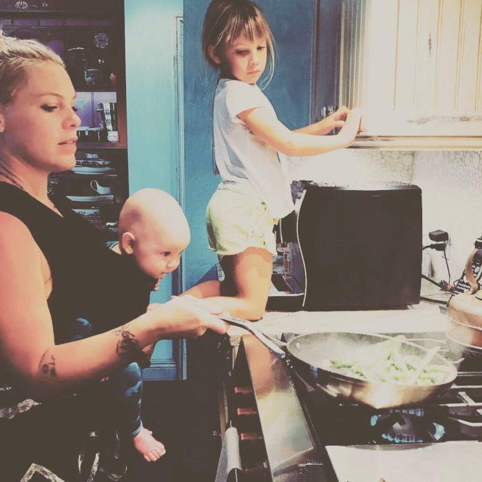 Familia preparando cena