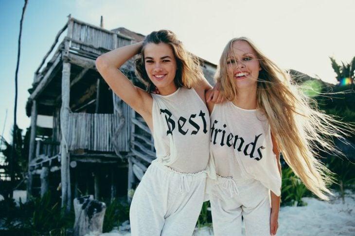 mejores amigas usando camisas de mejores amigas
