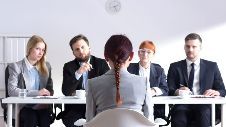 mujer en panel de entrevista