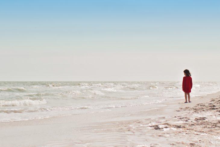 niña en el mar