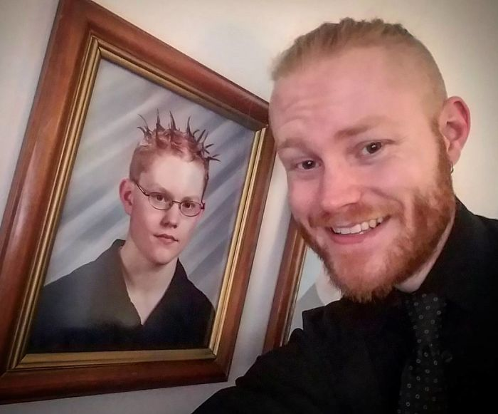 hombre con su foto de hace 15 años