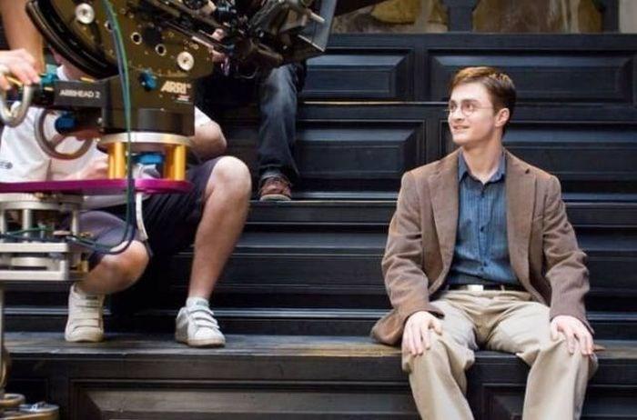 chico sentado en escaleras y cámaras