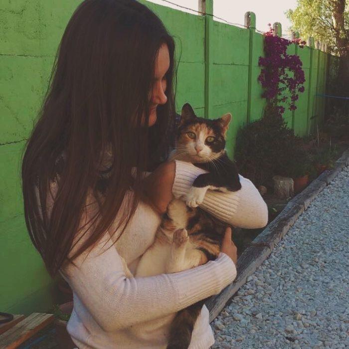 chica abrazando gato