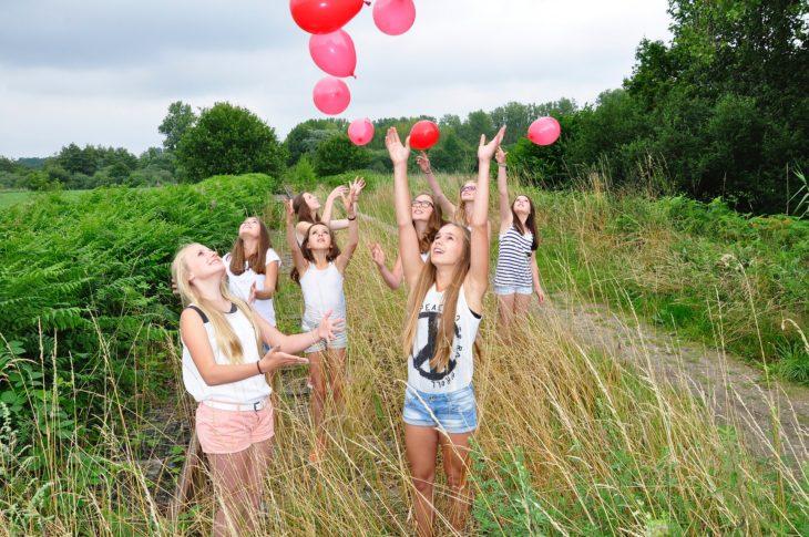 niñas globos