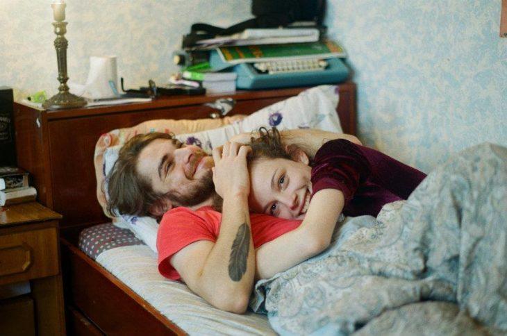 hombre y mujer acostados en la cama