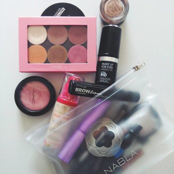 cosmetiquera con maquillaje
