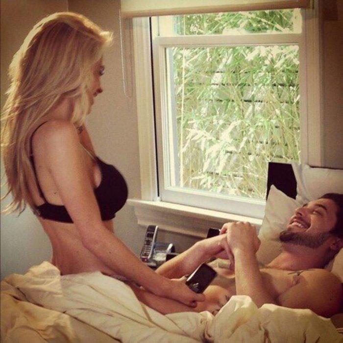 mujer arriba de hombre en la cama
