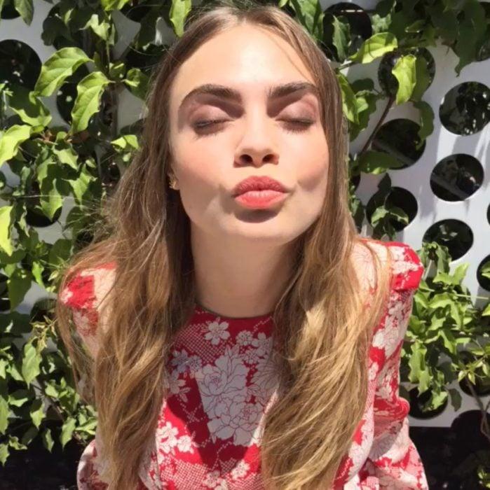 mujer rubia besando con ojos cerrados