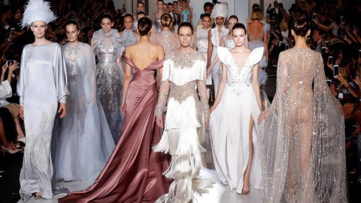 mujeres con vestidos desfile de modas chanel