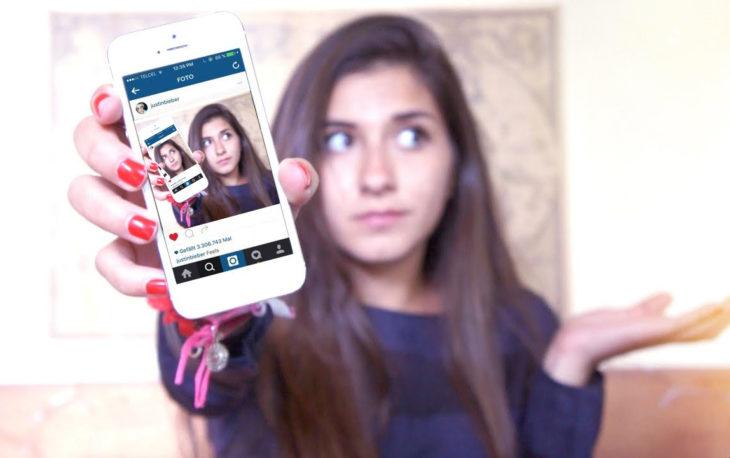 mujer con celular y fotos de instgram