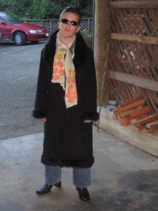 chico vestido de neo