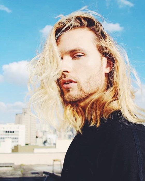 hombre rubio de cabello largo n