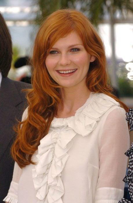mujer blanca con cabello pelirrojo