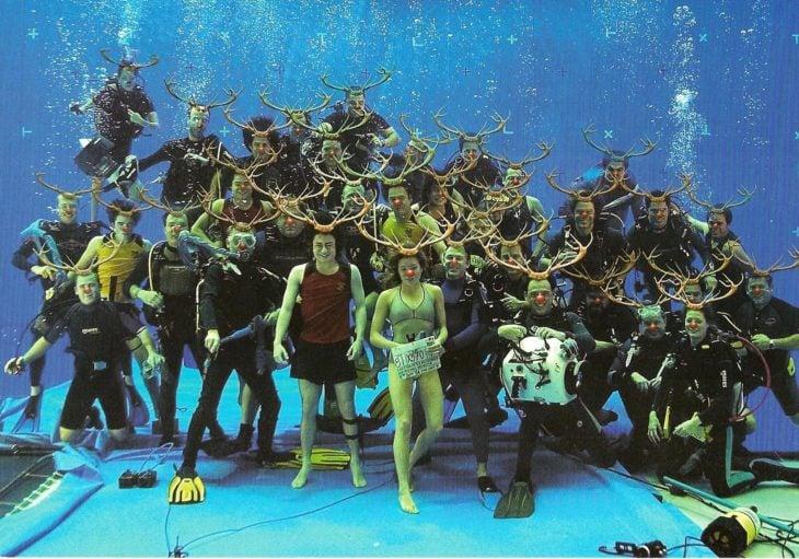 personas bajo el agua