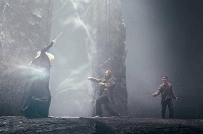 hombres peleando con varitas