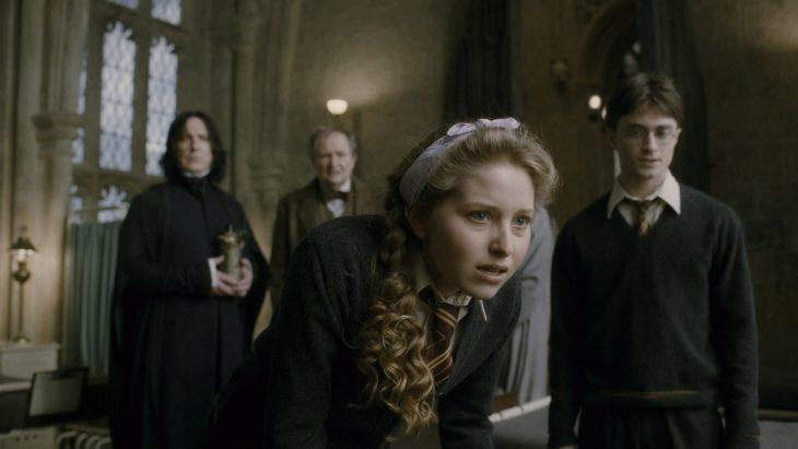 mujer rubia con cabello rizado