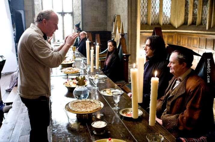 hombre frente a mesa con velas