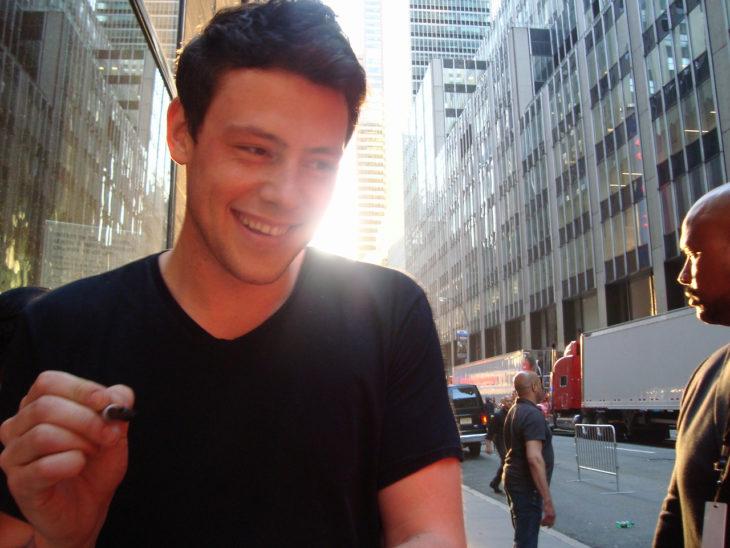 hombre sonriendo con playera negra