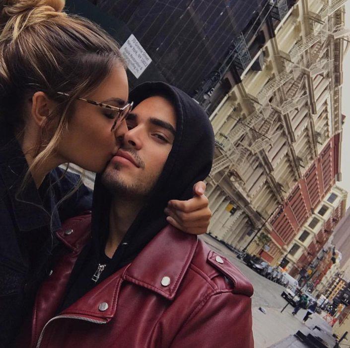 mujer besando a hombr en la ciudad