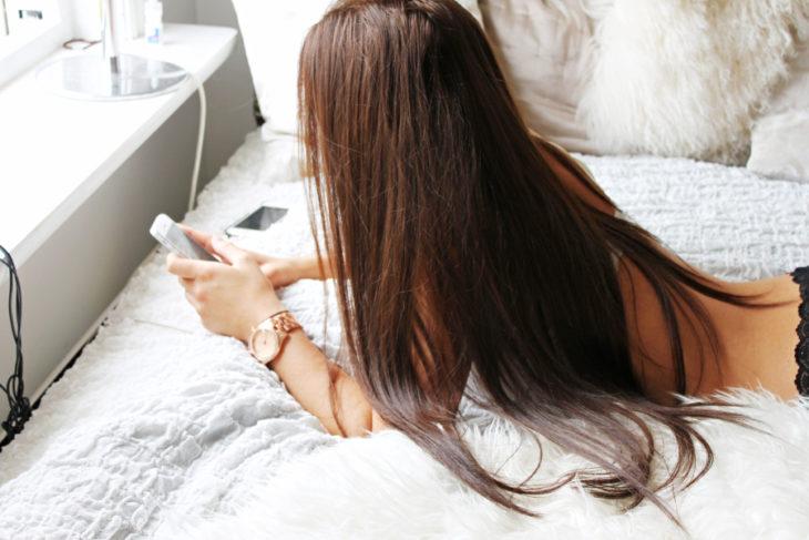 mujer cabello largo y celular