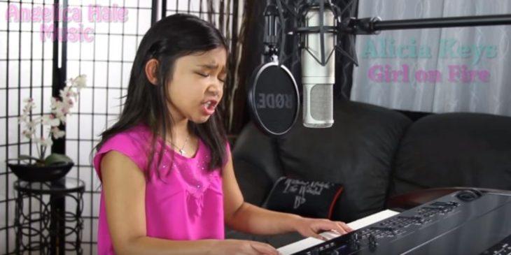 Niña cantando