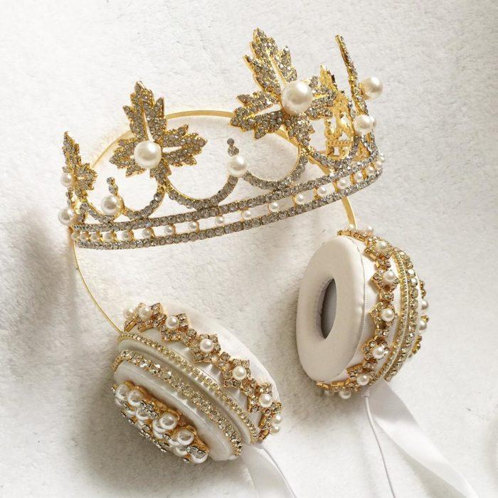 Audifonos con perlas y una corona
