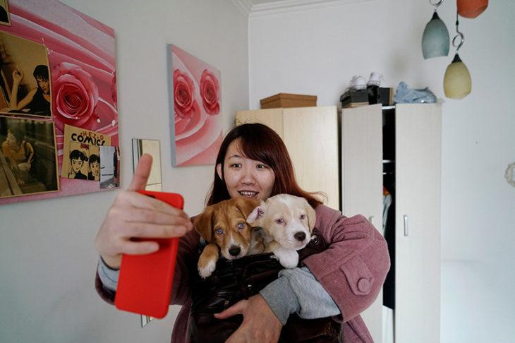Chica abrazando perros