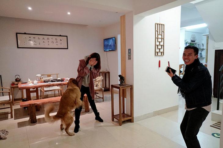 Pareja d e novios jugando con perro